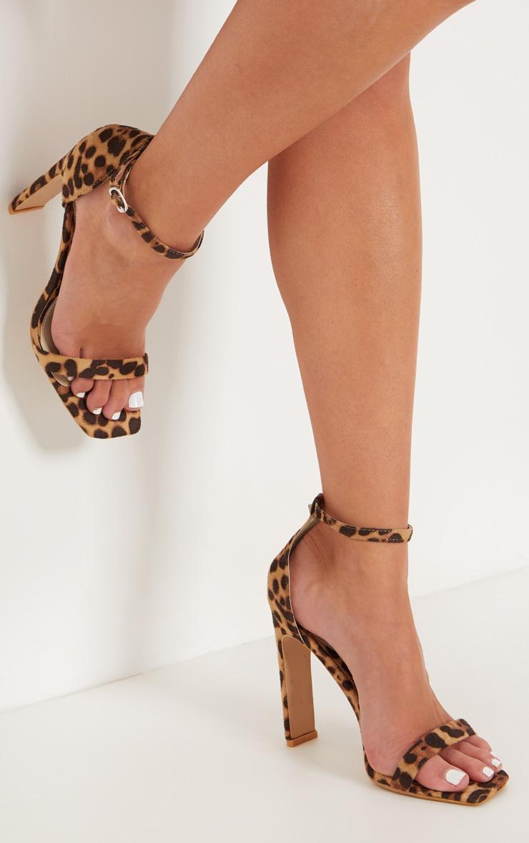Sandales léopard carrées à talons plats 1
