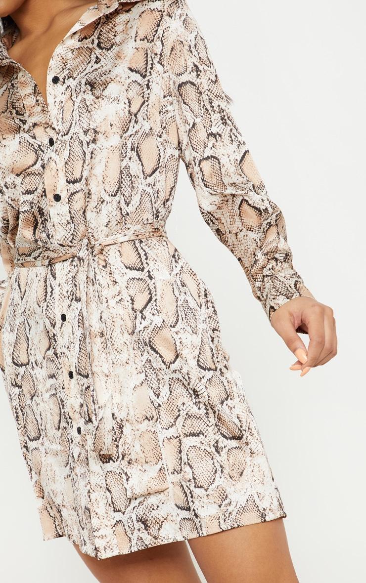 Robe chemise satinée à imprimé serpent beige nouée à la taille 5