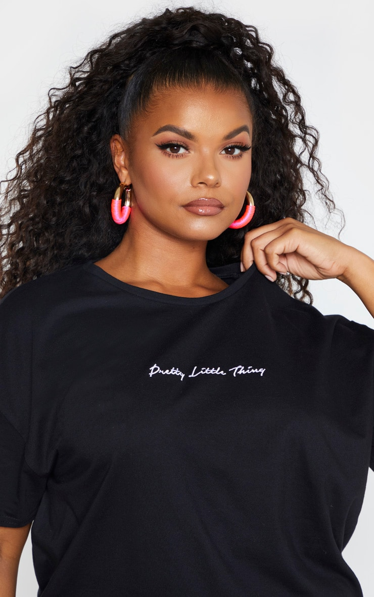 PRETTYLITTLETHING Plus - Robe tee-shirt noire à slogan  5