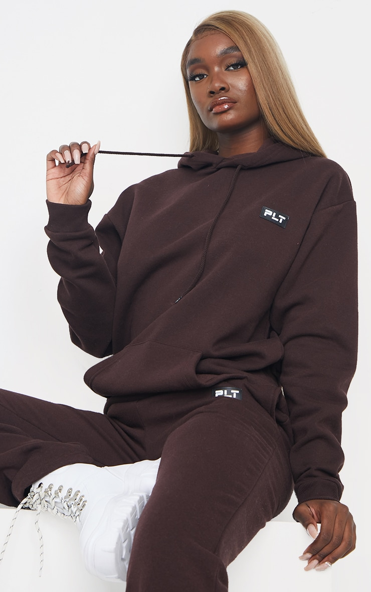 PRETTYLITTLETHING Tall - Hoodie oversize chocolat à détail badge 1