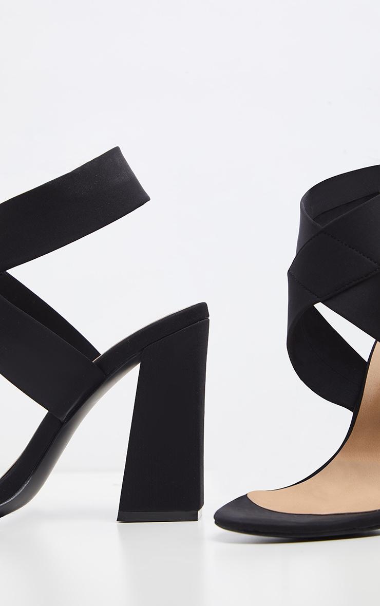 Sandales noires à gros talon et larges brides élastiques  4