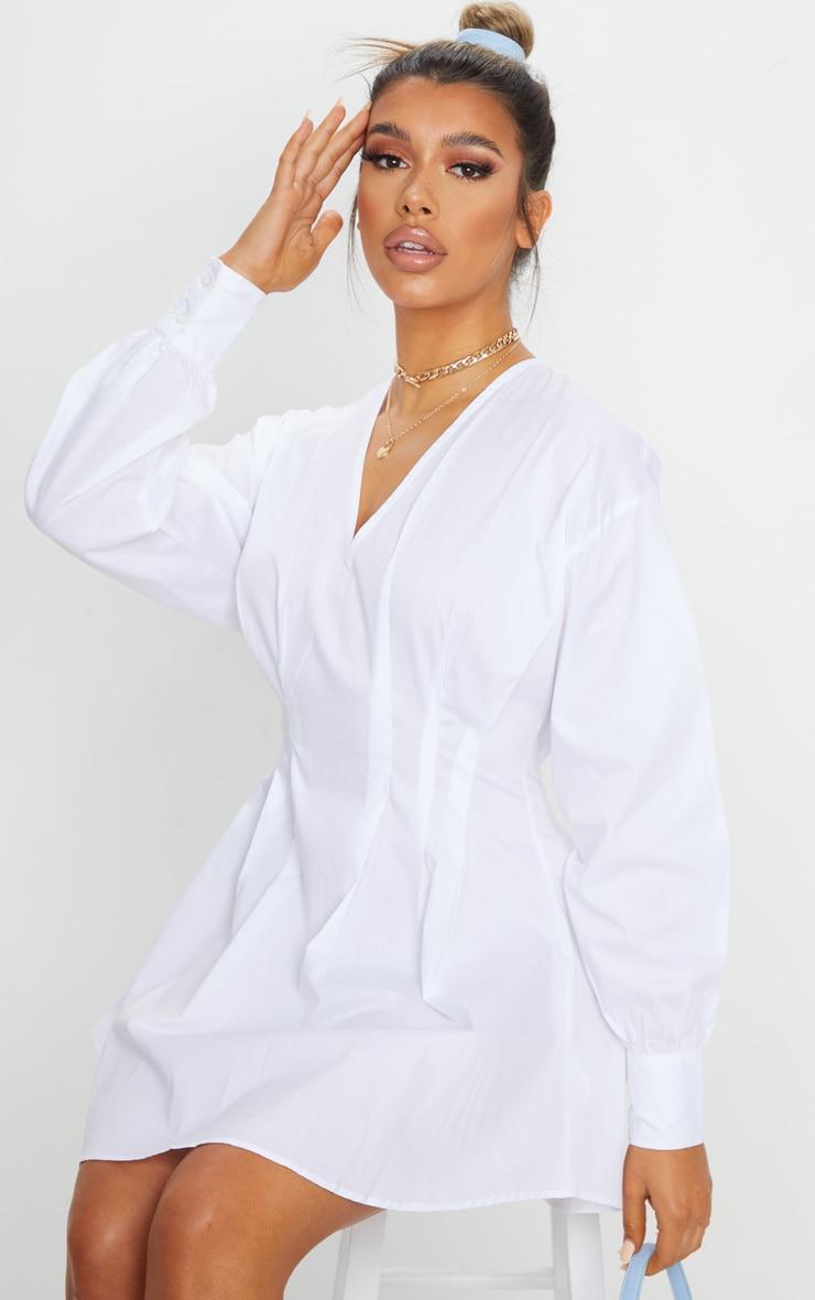 فستان أبيض منسوج برقبة على شكل V وطيات الخصر 1