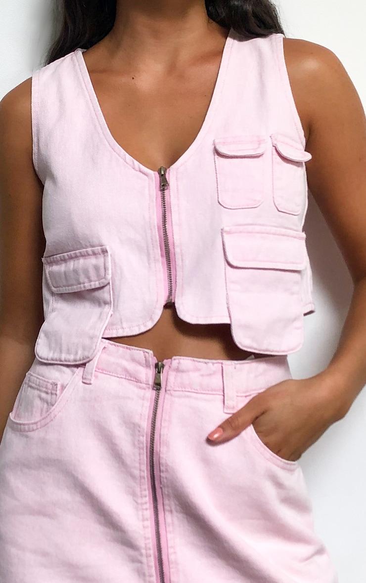 Crop top style utilitaire en jean rose délavé 4
