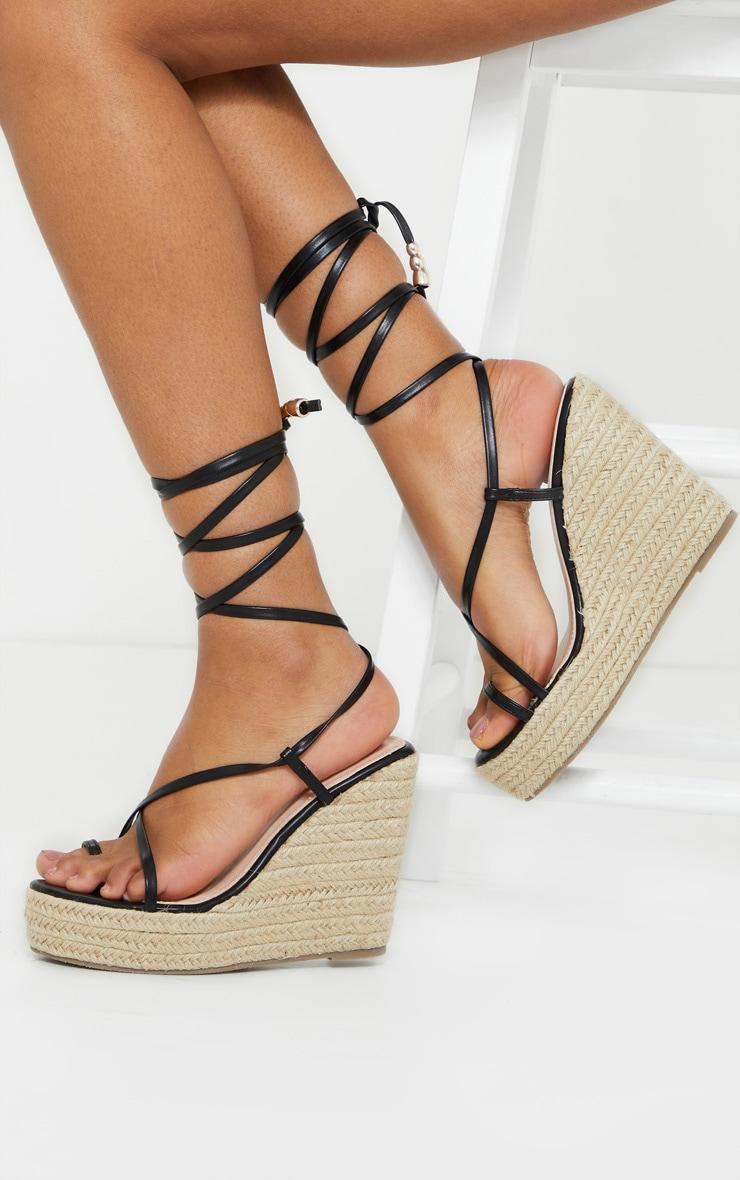 Sandales compensées style espadrille noires à brides orteil et cheville 1