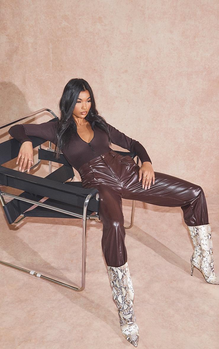Pantalon en similicuir marron chocolat à détail coutures et bas resserré