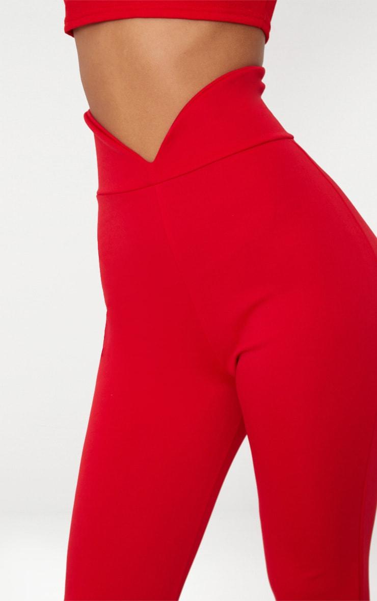 Pantalon flare rouge à taille élastifiée incurvée  5