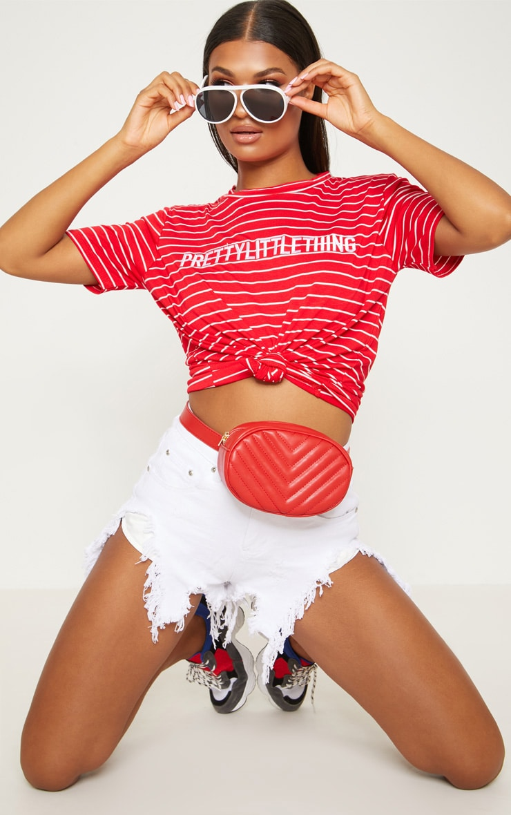 T-shirt rouge à rayures PRETTYLITTLETHING 1