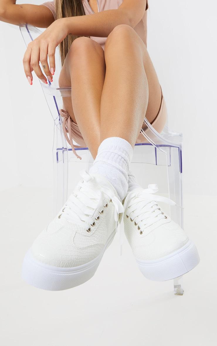 Baskets lacées blanches en croco à plateforme 1