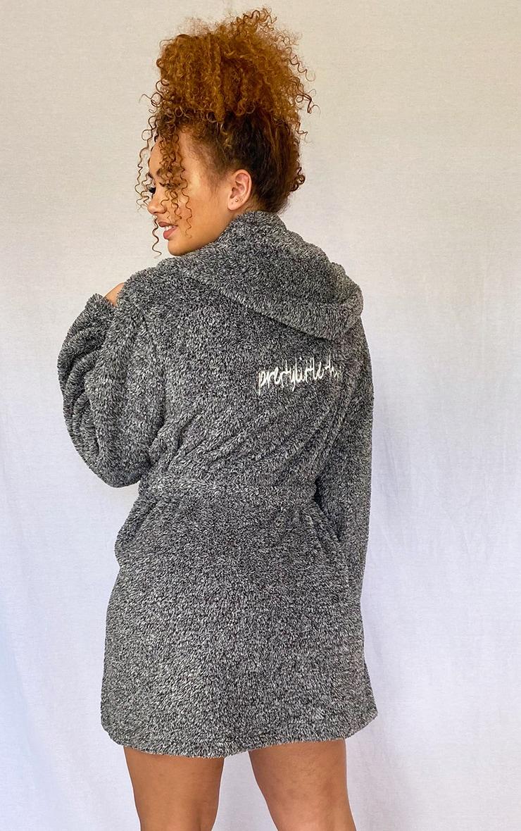 PRETTYLITTLETHING Plus - Robe de chambre gris anthracite duveteuse 1