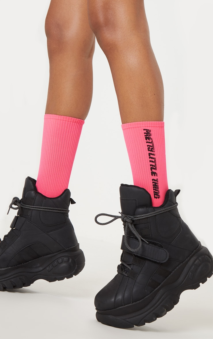 Chaussettes rose fluo à logo PRETTYLITTLETHING 1