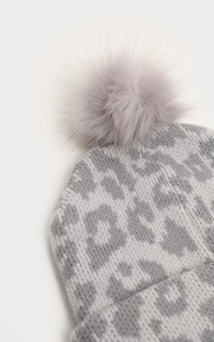 Bonnet gris léopard à pompon  3