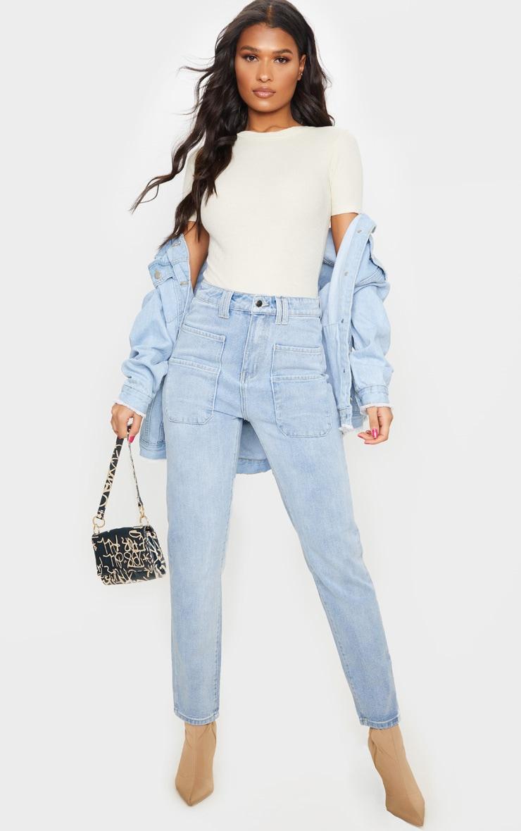 Jean droit à délavage vintage et détail poche