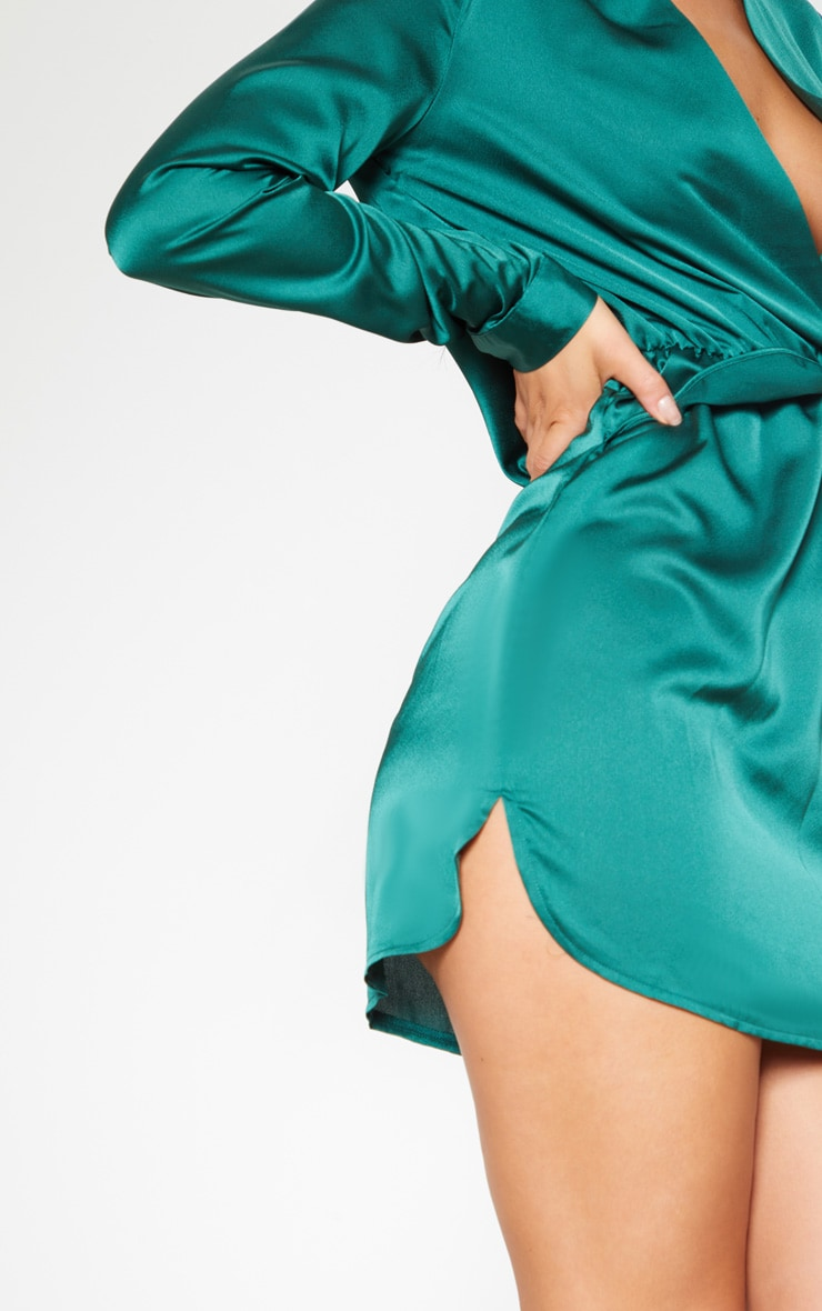 Robe chemise vert émeraude satinée torsadée devant 5