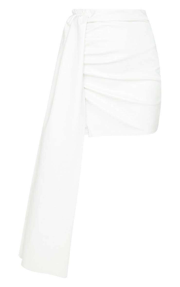 Mini-jupe en similicuir blanc  à détail très drapé 3