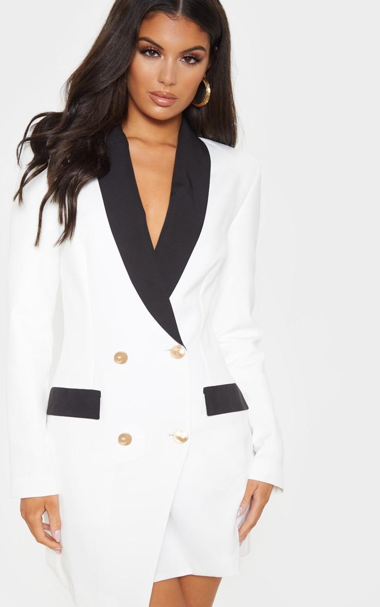 Robe blazer blanche à boutons dorés et col contraste 5