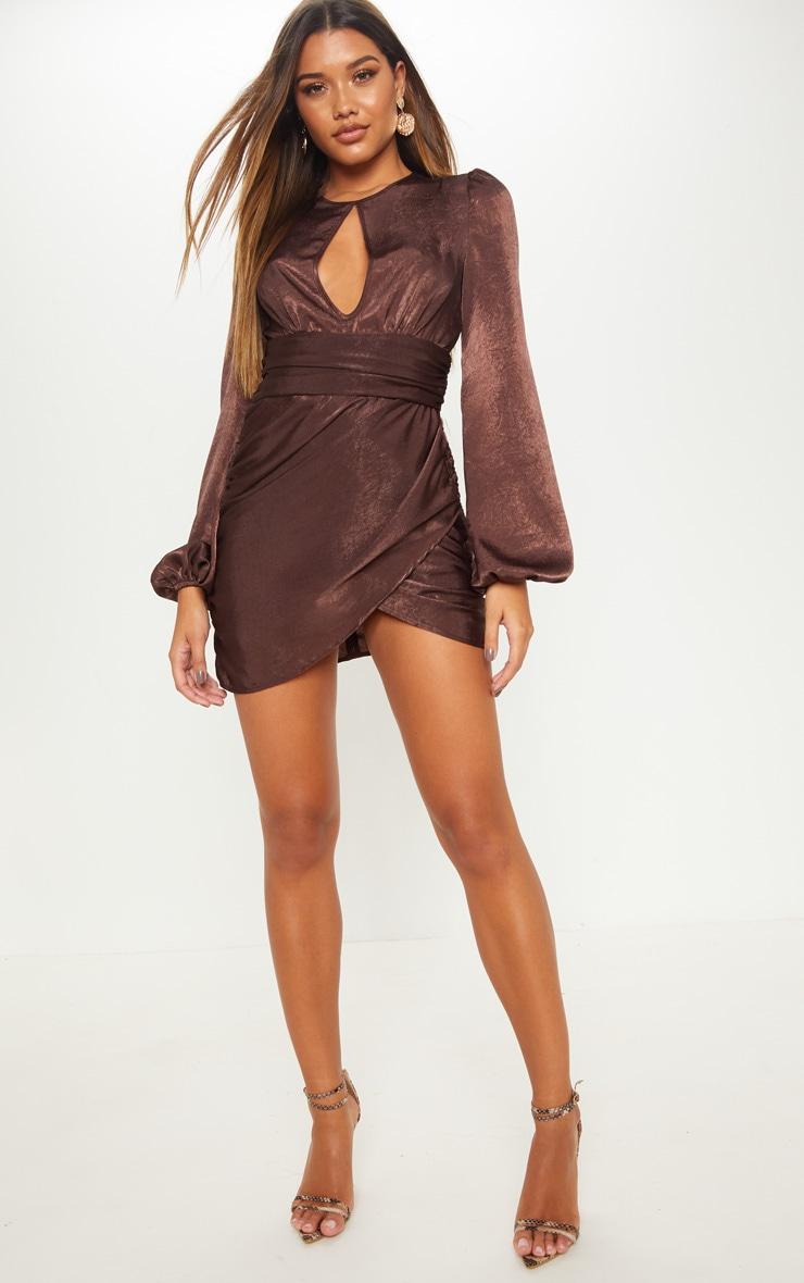 Robe moulante satinée marron chocolat à découpe poitrine 1