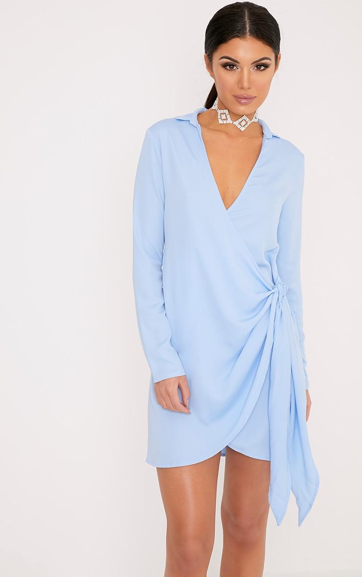 Shaylene robe chemise sans manches bleu poudré en satin à cordon à nouer à la taille 1