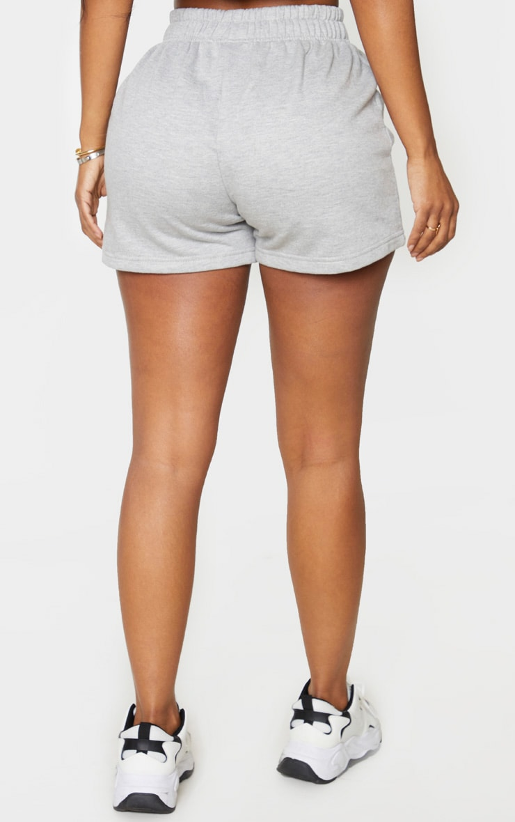 PRETTYLITTLETHING Shape - Short gris en sweat à détail brodé 3