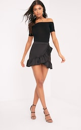 Basic body bardot noir à manches courtes - Tops - PrettylittleThing ... 626772226d6