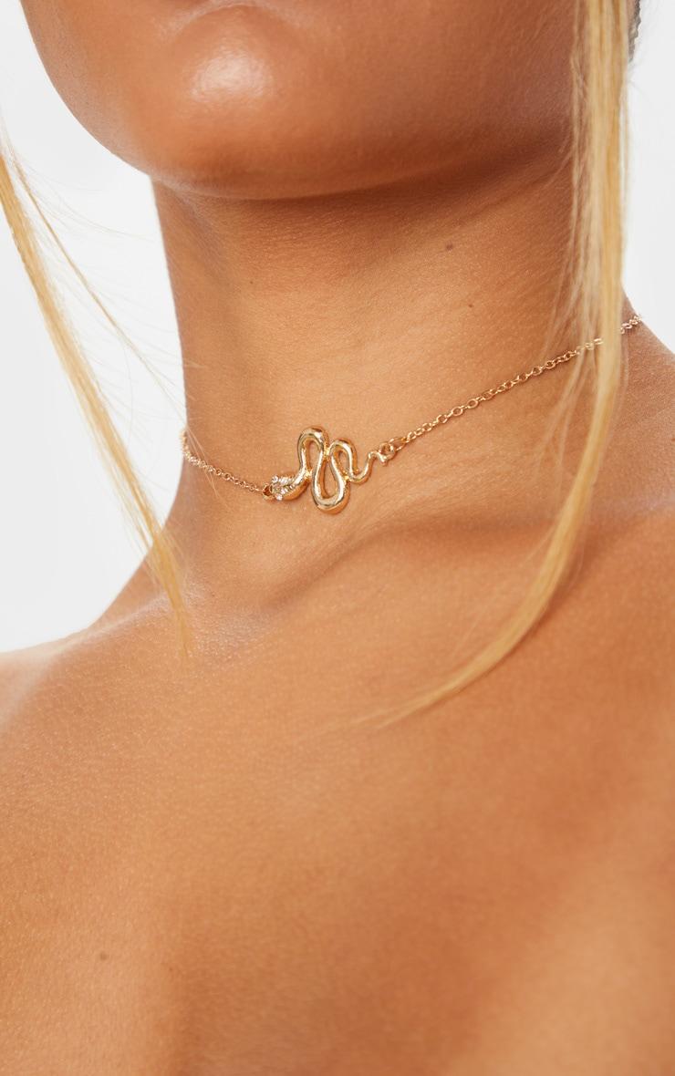 Ras-de-cou doré à pendentif serpent 1
