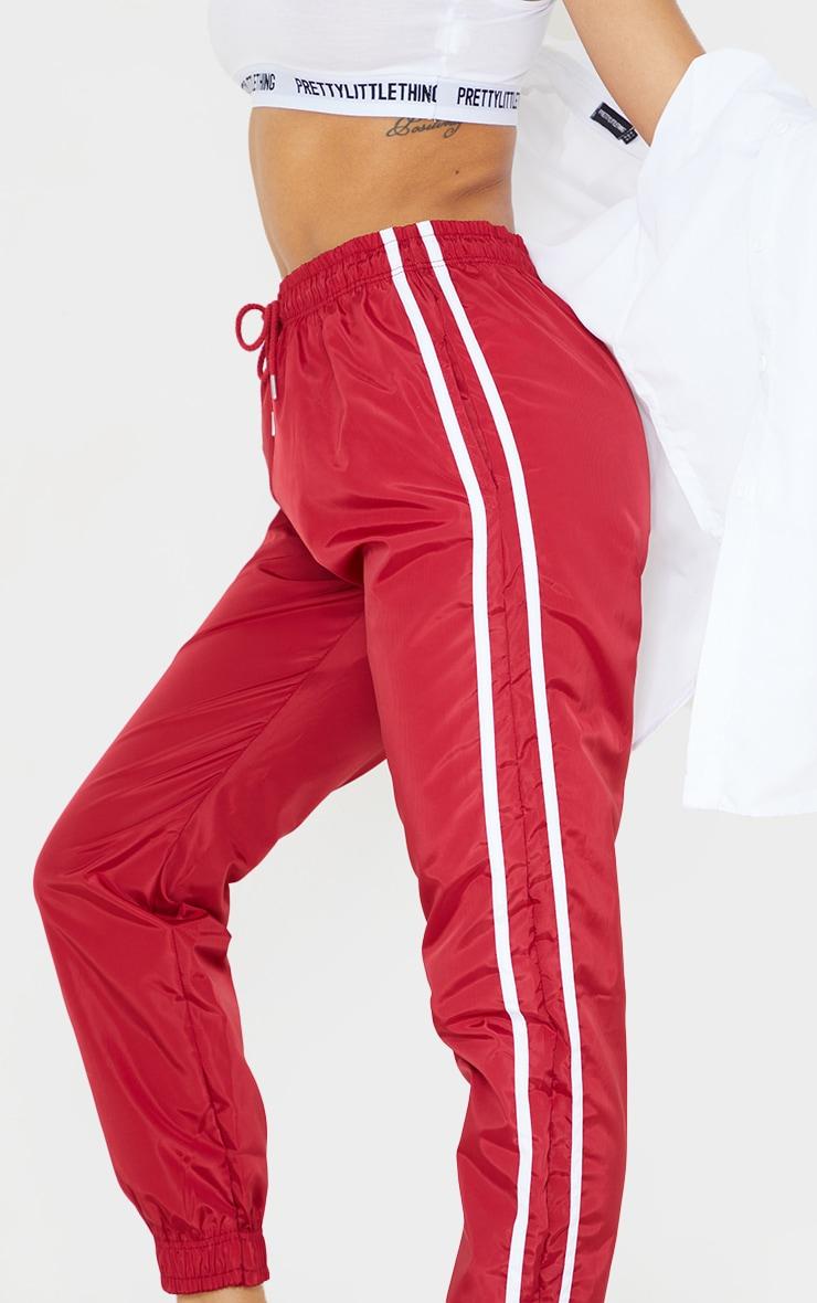 Jogging souple rouge à bandes latérales 4