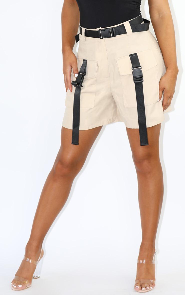 Short cargo crème à poches et détail ceinture 2