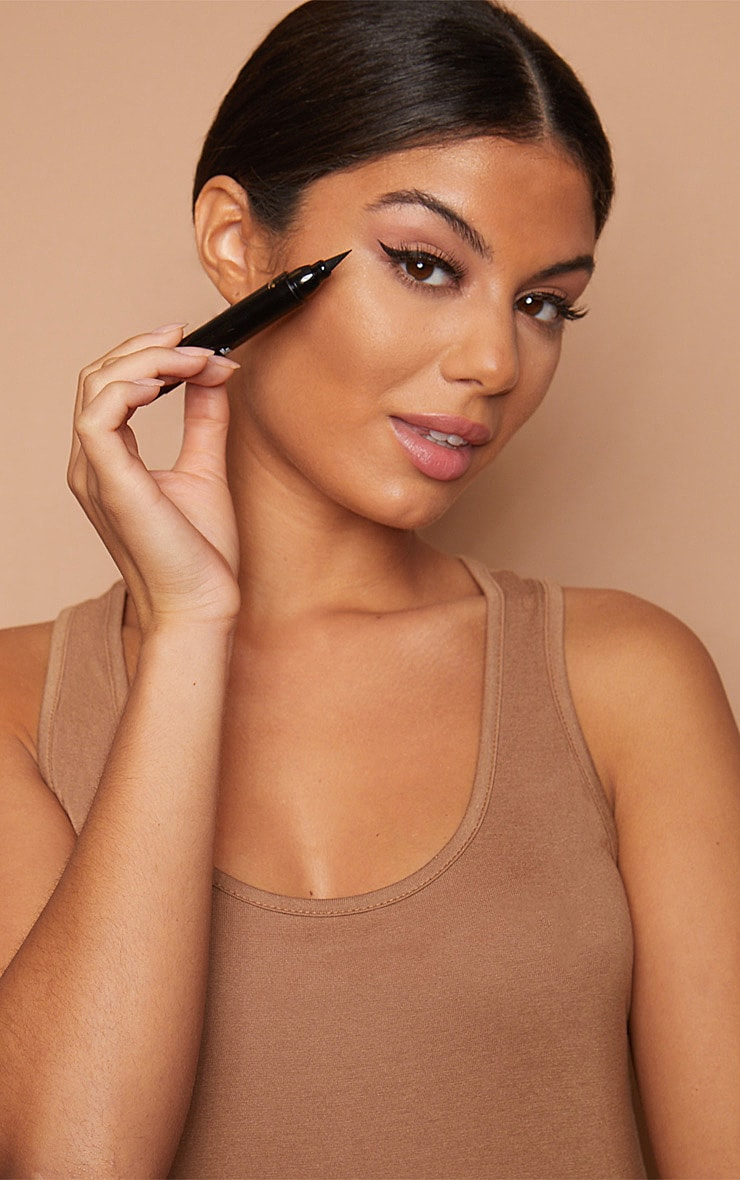 L'Oréal Paris X Camila Cabello Flash Eyeliner Black 4