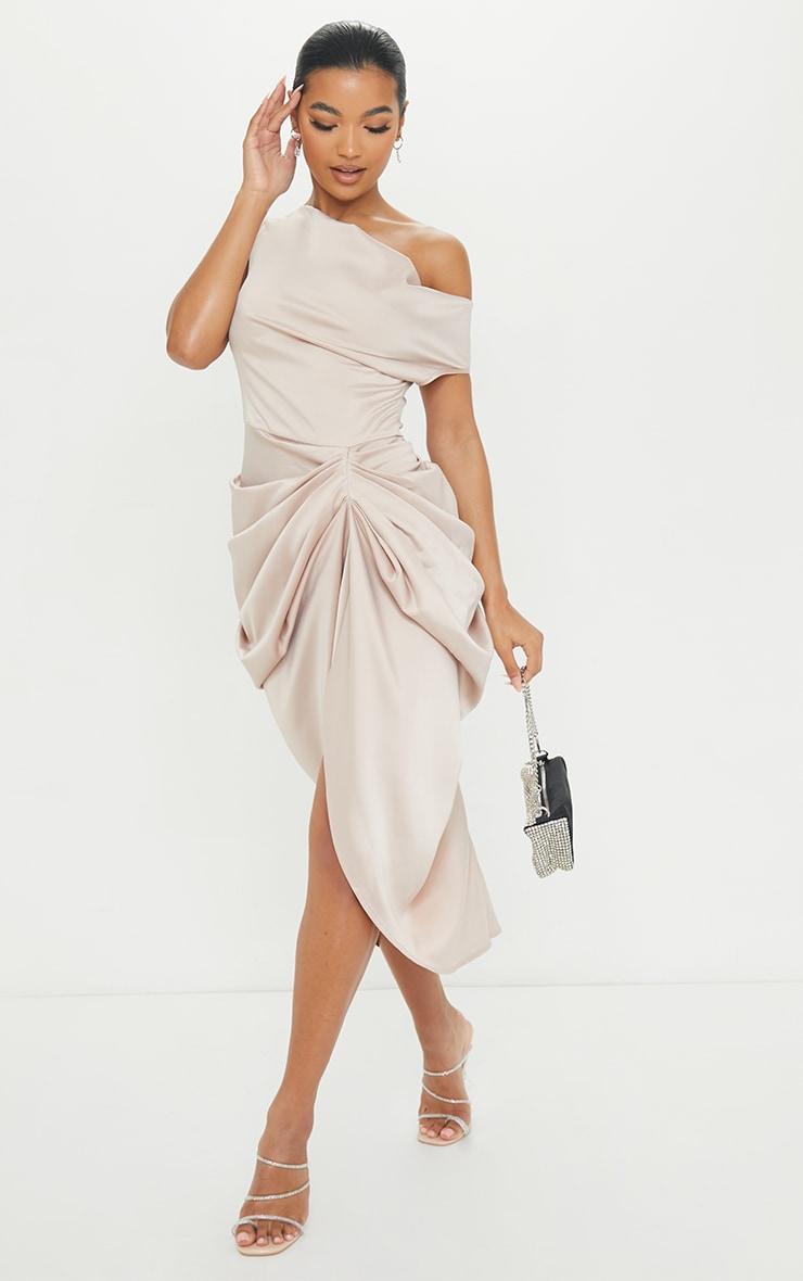 Robe longue satinée champagne à jupe drapée et épaules dénudées 1