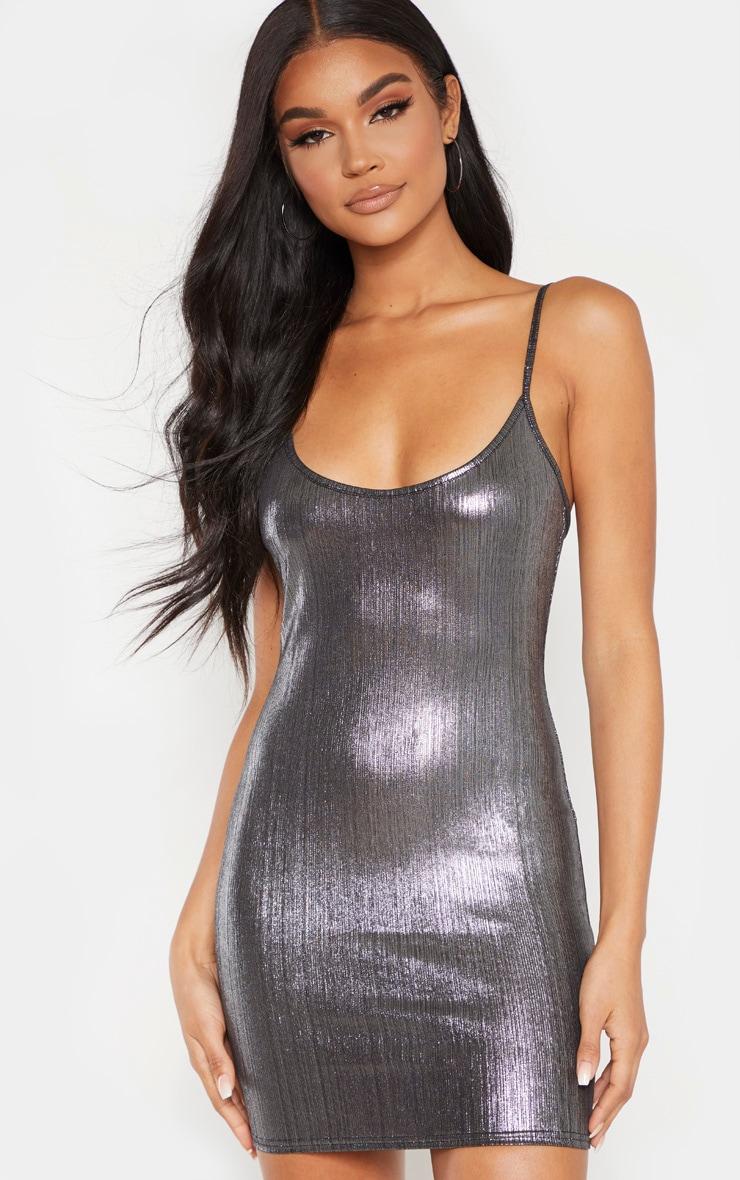 Robe moulante métallisée argentée à fines bretelles 1