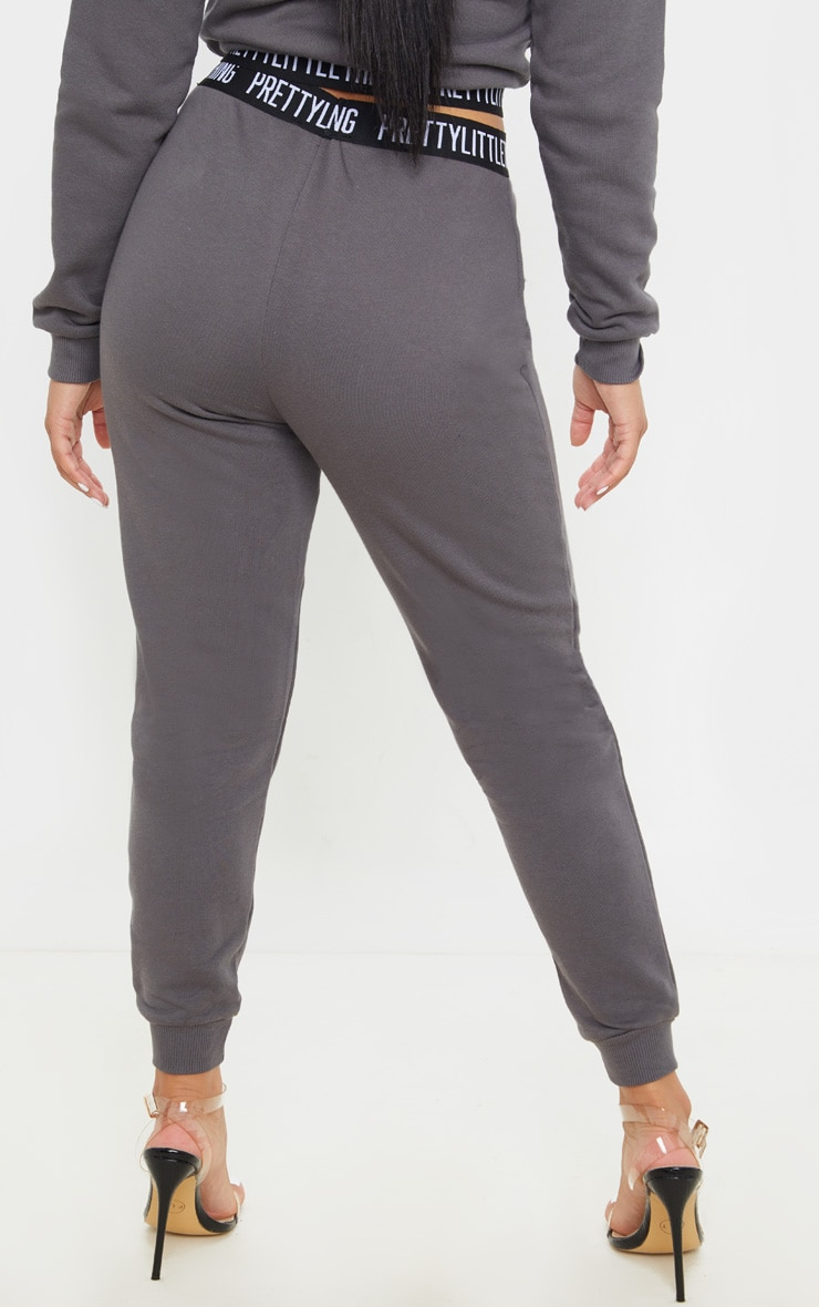 PRETTYLITTLETHING Petite - Jogging gris anthracite lounge 4