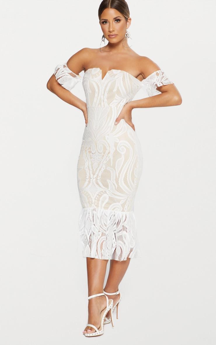 Robe mi-longue blanche volantée en dentelle à encolure bardot 4