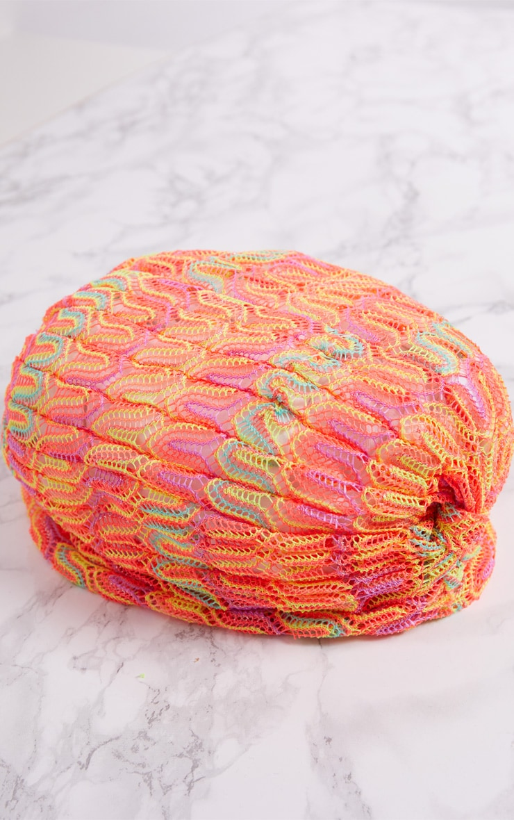 Bonnet torsadé en crochet orange fluo  3