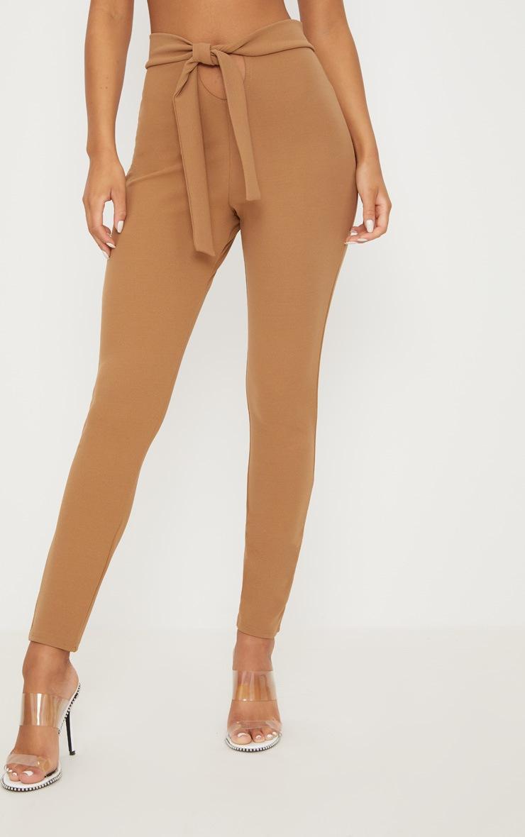 Pantalon camel à attache à la taille et découpe frontale 2