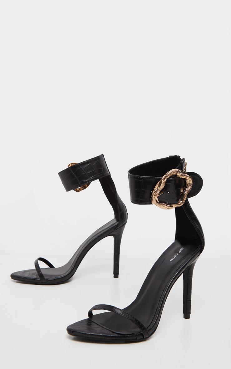 Sandales noires à large bride effet serpent à boucle  3