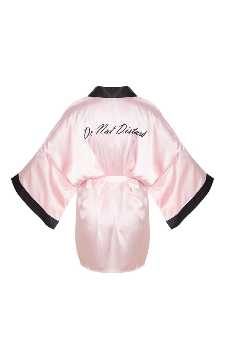 Robe de chambre satinée rose tendre à slogan Do Not Disturb 4