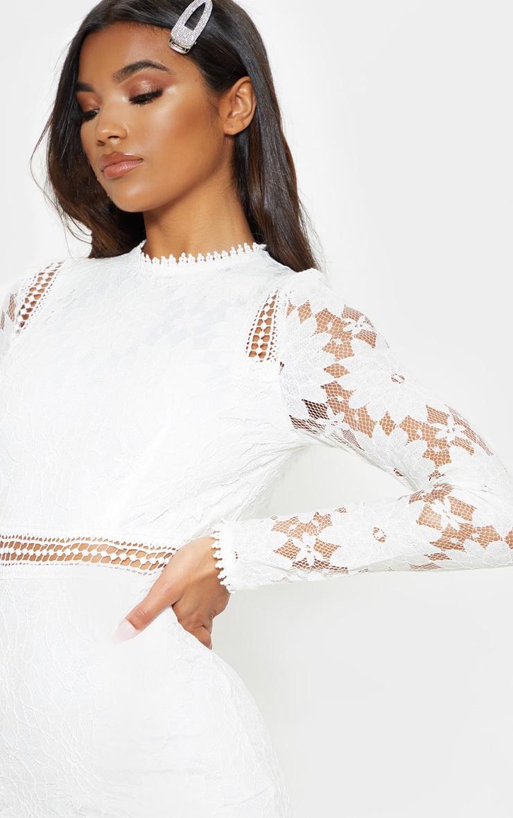 Caris robe moulante en dentelle à manches longues blanche 5