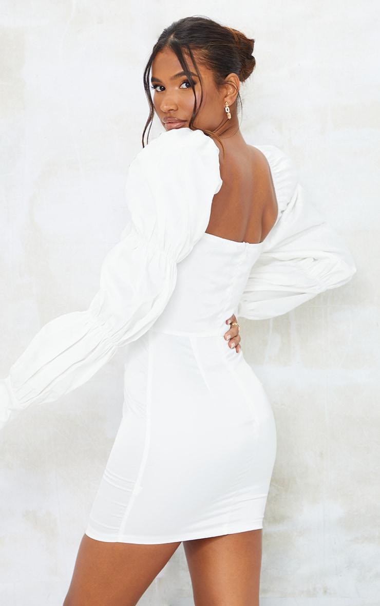 Robe moulante structurée blanche satinée à épaules bouffantes et manches froncées 2