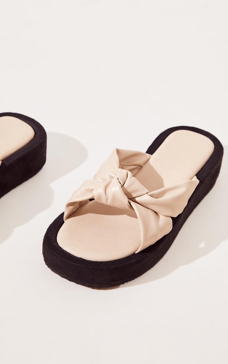 Sandales plates en similicuir beige à brides nouées 4
