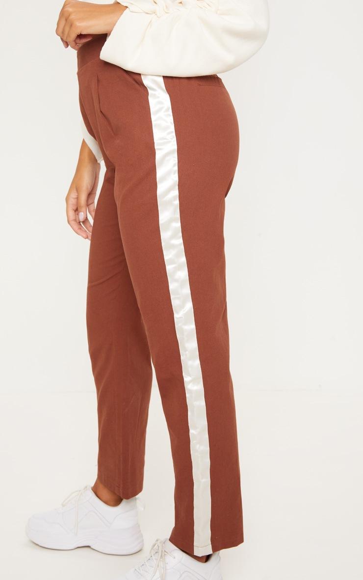 Pantalon ajusté marron chocolat à bande satinée 5