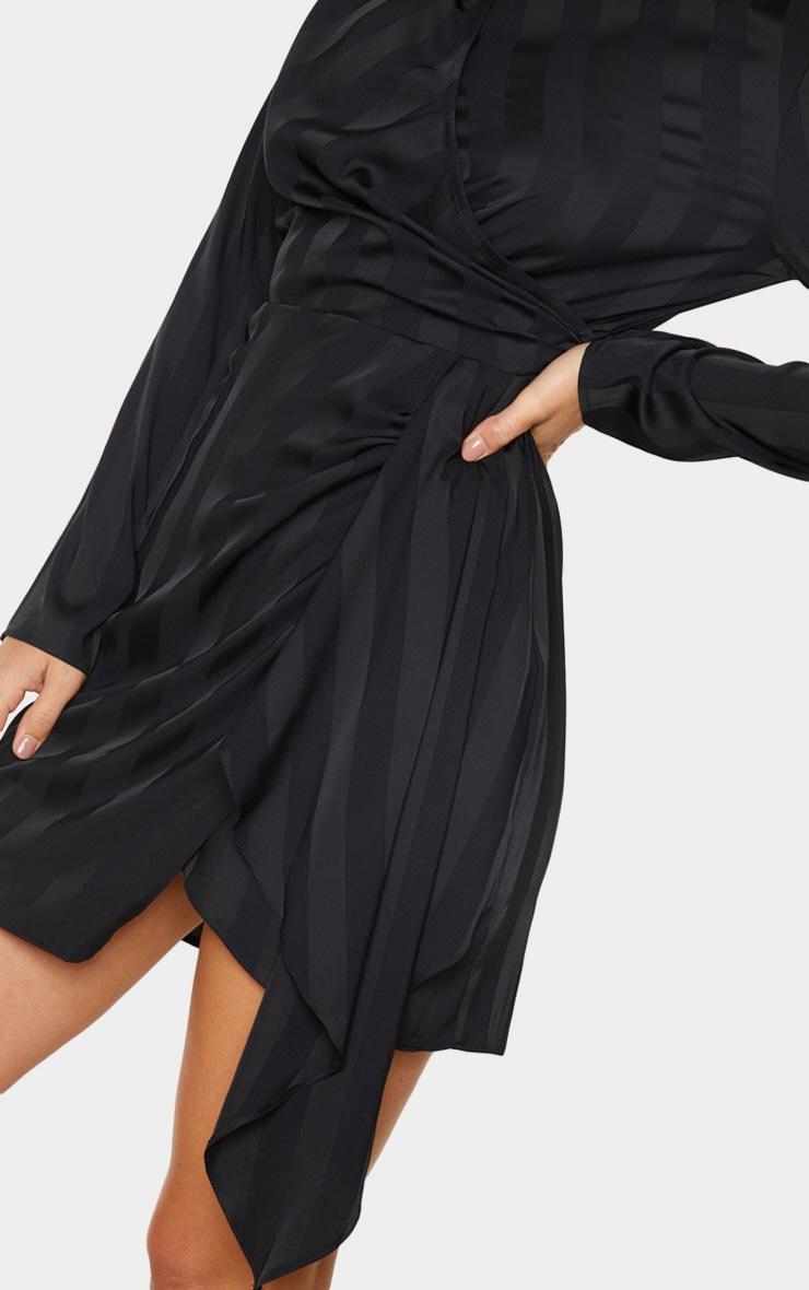 Robe moulante noire drapée à rayures et col haut 4