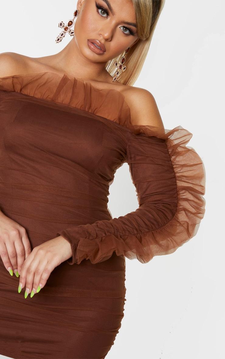 Robe moulante en mousseline de soie marron à épaules volantées 5