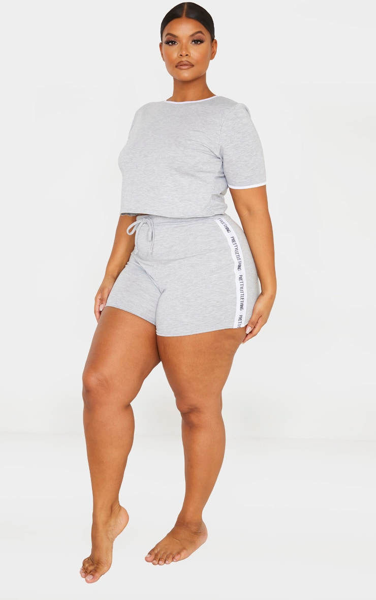 PRETTYLITTLETHING Plus - Ensemble de pyjama gris short + tee-shirt  4