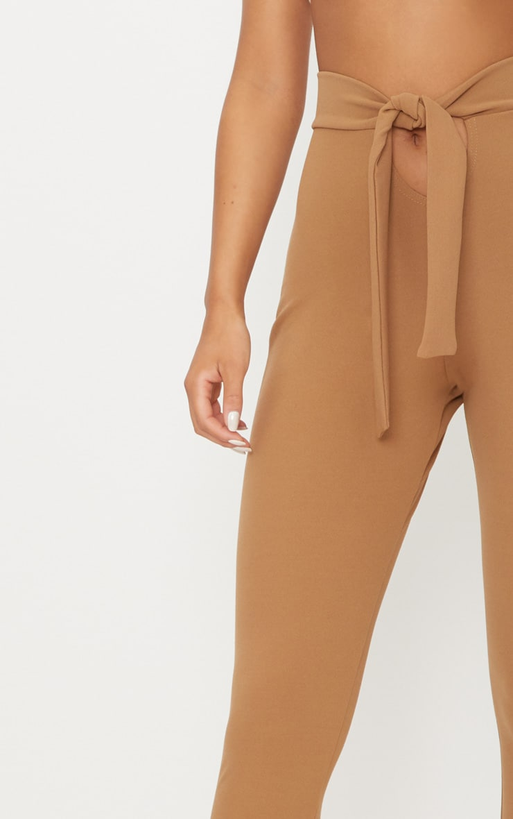 Pantalon camel à attache à la taille et découpe frontale 5