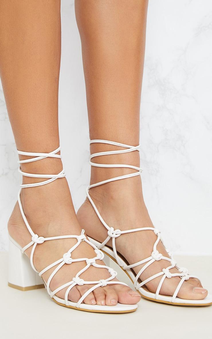 Sandales blanches à talons et lacets montants 5