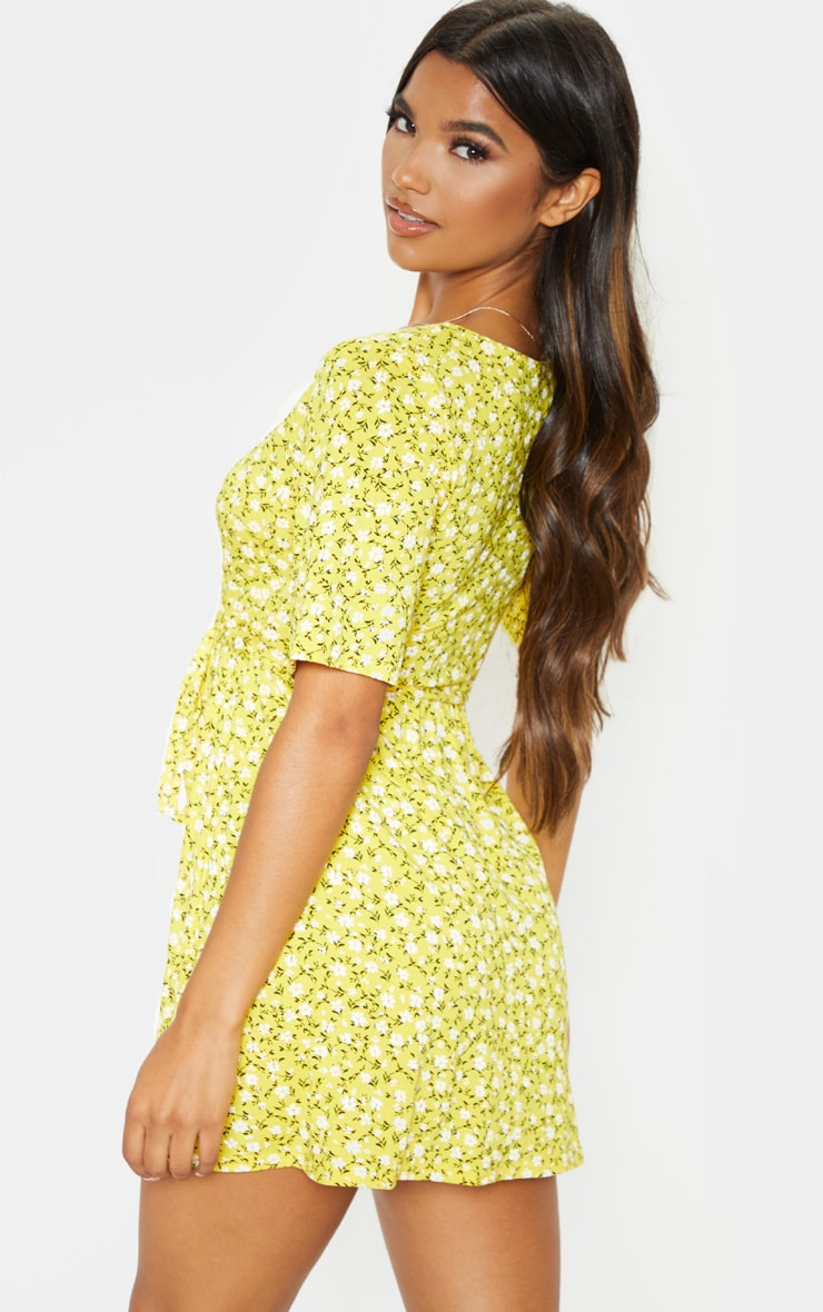 فستان أصفر بنقشة أزهار ملفوف 2