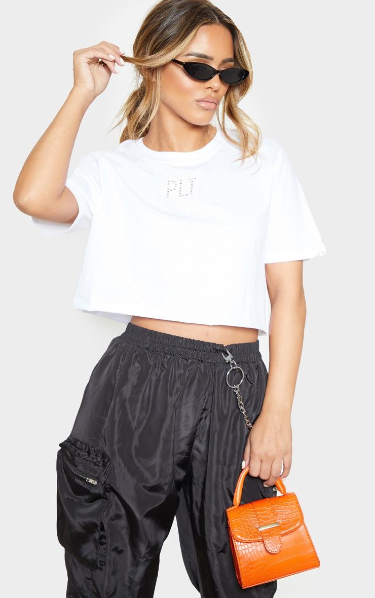PRETTYLITTLETHING Petite - Tee-shirt crop blanc à slogan  1