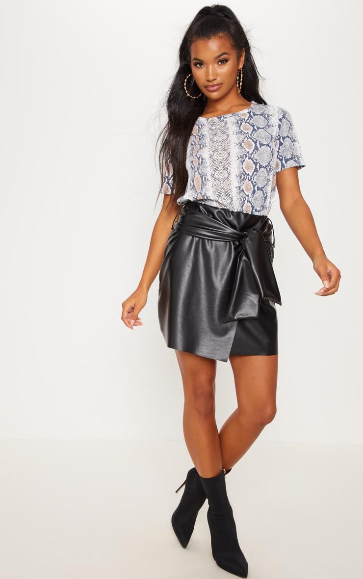 Mini-jupe en similicuir noire à ceinture 4