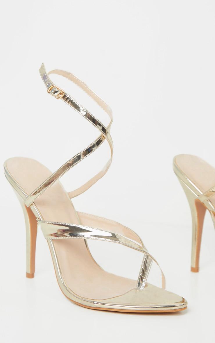 Sandales dorées vernies à brides montantes style tongs 3