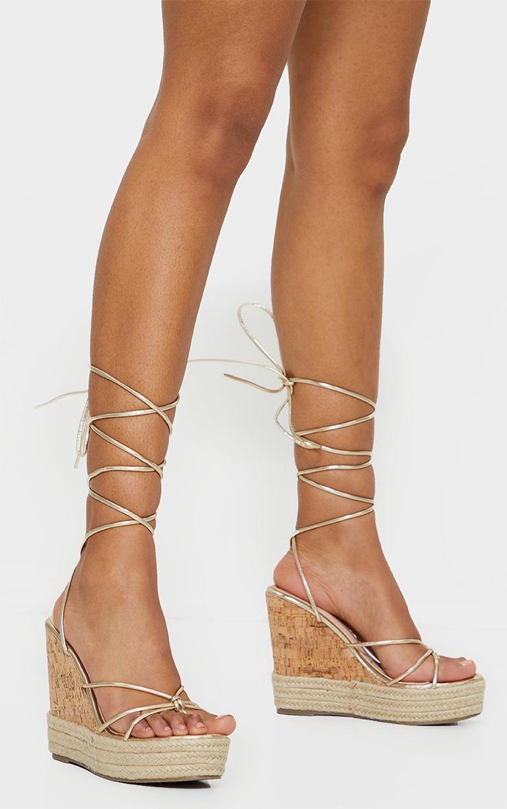 Sandales compensées style espadrilles à lacets dorés