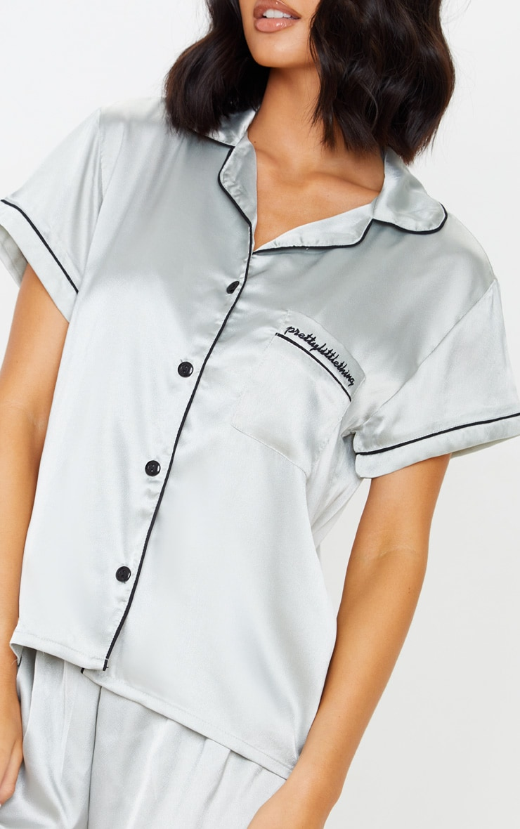 طقم بيجاما أخضر فاتح ساتان من قميص بأزرار وشورت مطرز بشعار PrettyLittleThing 5